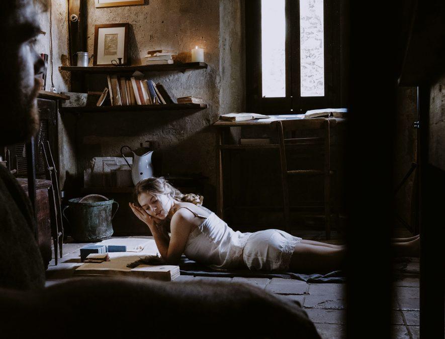 La sposa si rilassa in biblioteca prima delle nozze