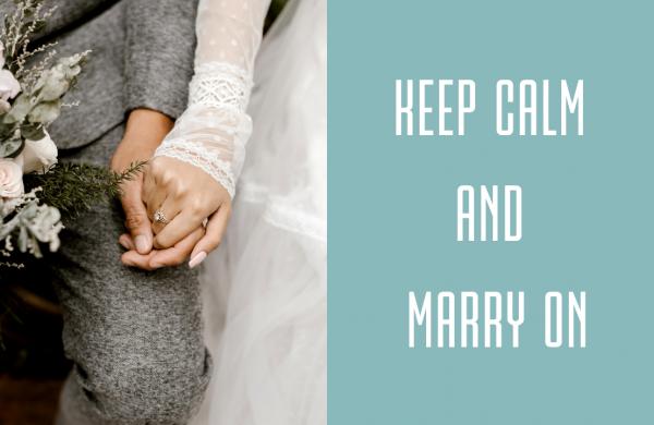 una coppia di sposi si tiene la mano durante la cerimonia